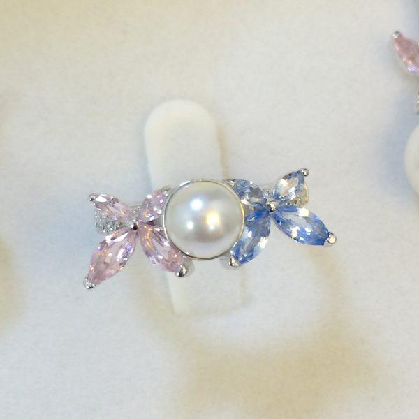 Anel Borboletas Cristais Azul & Rosa c/ Pérola | Lanarée Acessórios