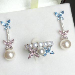 Brinco Borboletas Cristais Azul & Rosa c/ Pérola | Lanarée Acessórios