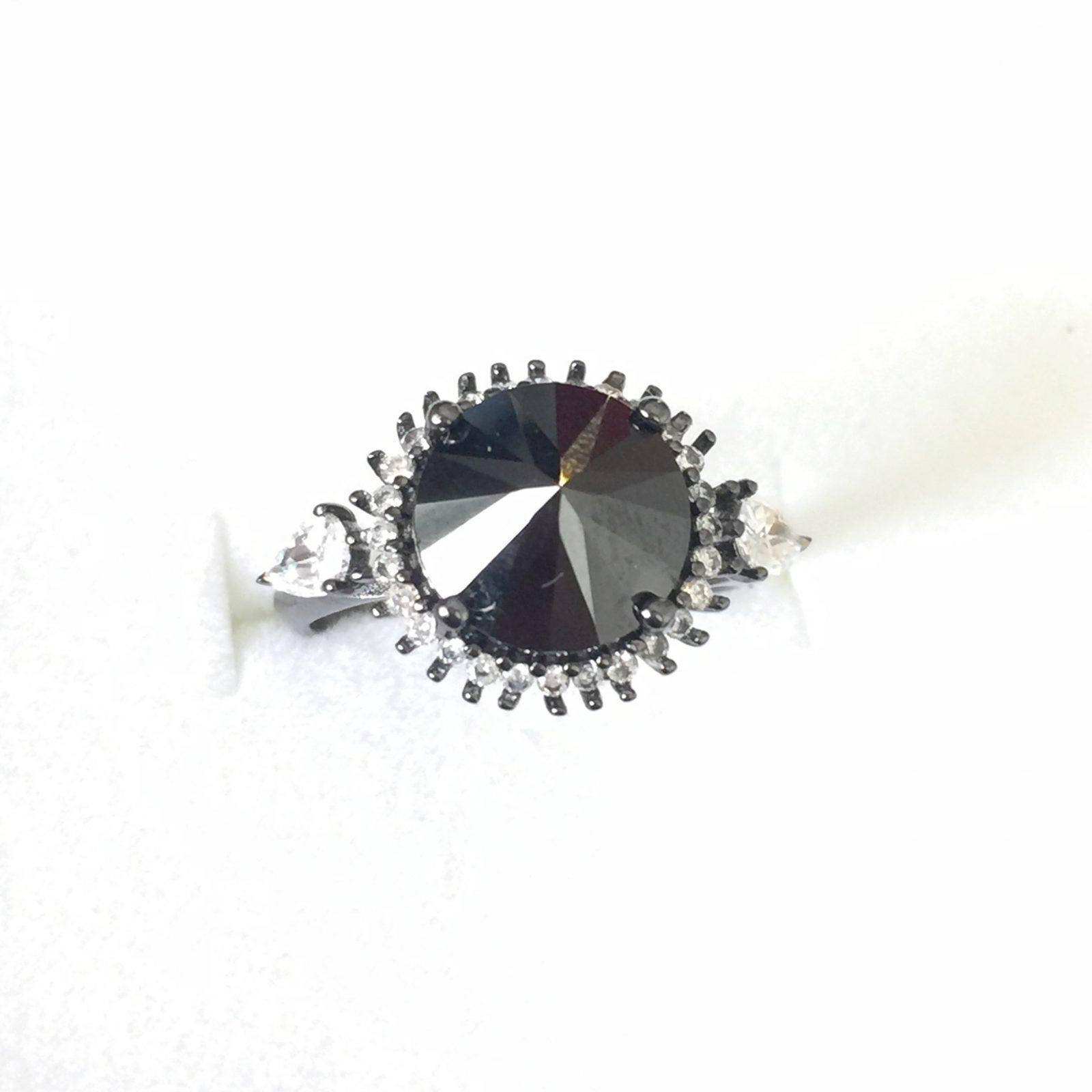 Anel Espinélio Negro Invertido Cravejado Zircônia | Lanarée Acessórios