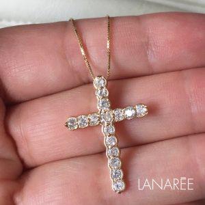 Colar Crucifixo Cravejado Ouro | Lanarée Acessórios