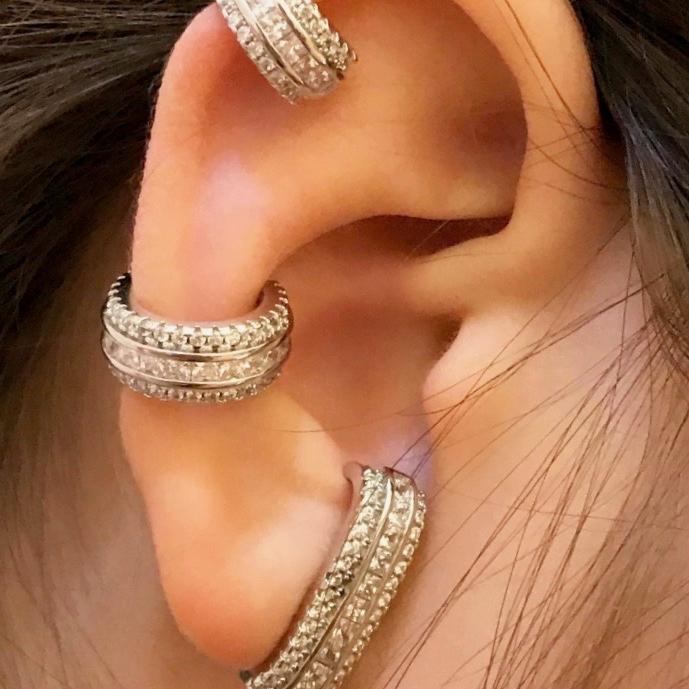 Brinco Ear Hook Trilho de Zircônias Brancas Semijoia | Lanarée Acessórios