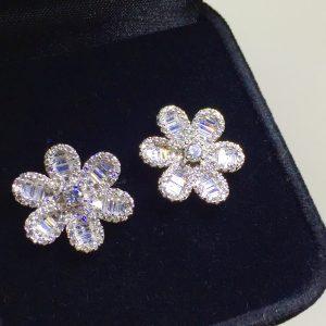 Brinco Flor Cravação Carré Prata 925 | Lanarée Acessórios