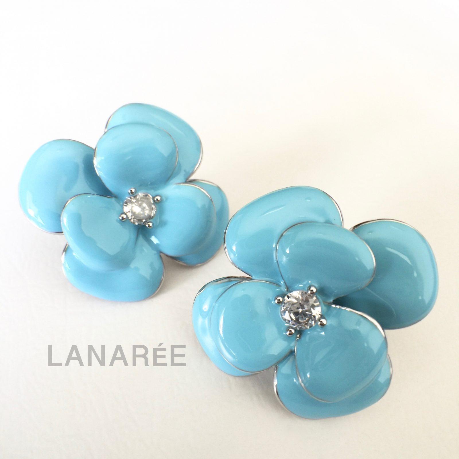 Brinco Esmaltado Flor Camélia Azul   Lanarée Acessórios