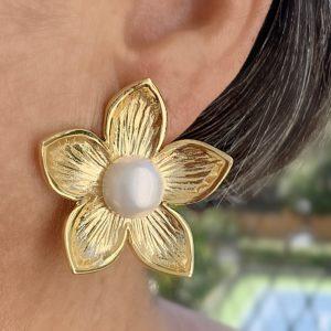 Brinco Flor Miolo Pérola Shell | Lanarée Acessórios