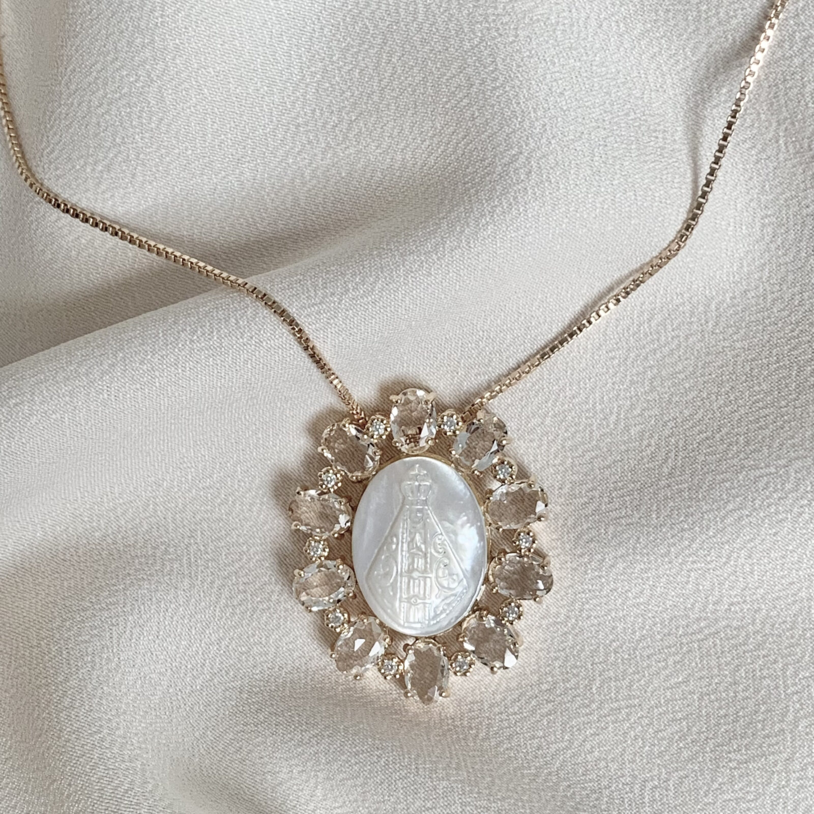 Colar Nossa Senhora Aparecida com Cristal Oval | Lanarée Acessórios